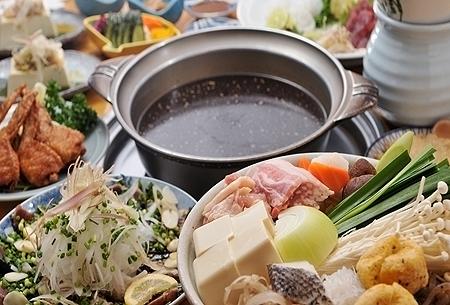 【ちゃんこ鍋コース】 ちゃんこ鍋、かつおのたたき、手羽ギョーザなどを楽しめるコース。